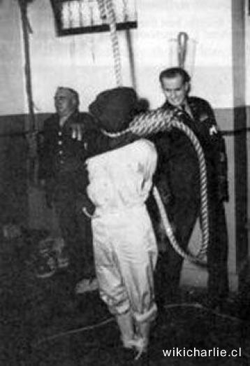 Poprava Irmy Grese. Muž vpravo je kat Pierrepoint.